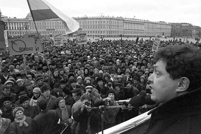 Григорий Явлинский на митинге против военных действий в Чечне, организованном общественно-политическим движением «Яблоко», 1996 год