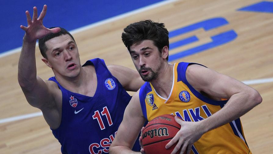 Игрок ЦСКА Семен Антонов и игрок «Химок» Алексей Швед (справа)