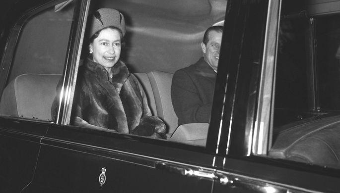 Королева Великобритании Елизавета II и герцог Эдинбургский Филипп в Лондоне по возвращении из поместья Сандрингем, февраль 1968 года