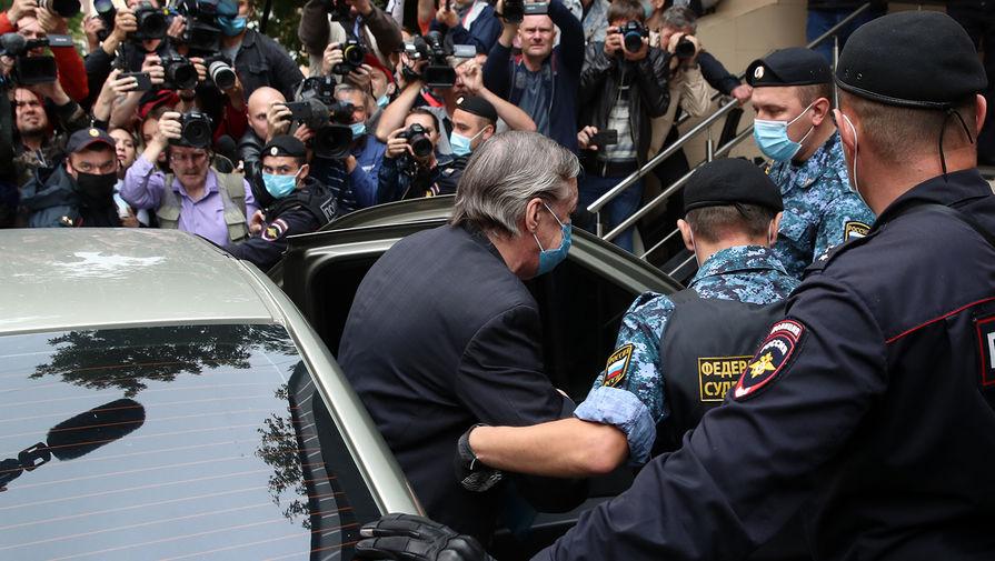 Михаил Ефремов около здания Пресненского суда Москвы в день оглашения приговора по делу о смертельном ДТП, 8 сентября 2020 года