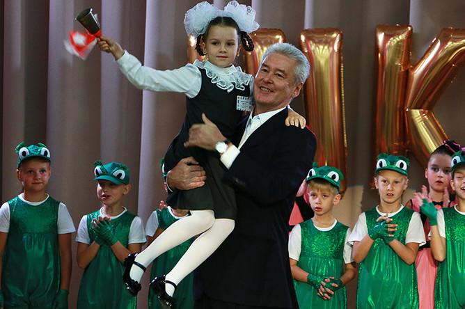 Мэр Москвы Сергей Собянин во время праздничного концерта, посвященного Дню знаний, в школе №9 в Москве