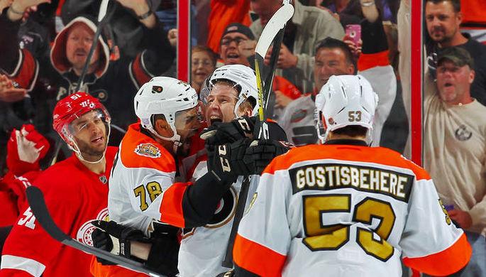 Партнеры заключают в объятия только что забившего первый гол в НХЛ Романа Любимова (в центре)