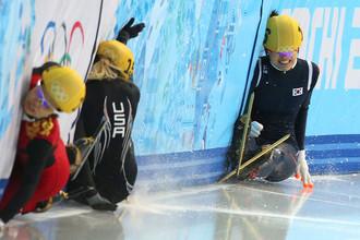 Спортсменки во время забега на 1500 метров в соревнованиях по шорт-треку на XXII зимних Олимпийских играх в Сочи