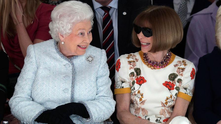 2ef23bb4abb5 Королева Елизавета II и главный редактор американского издания журнала  Vogue Анна Винтур