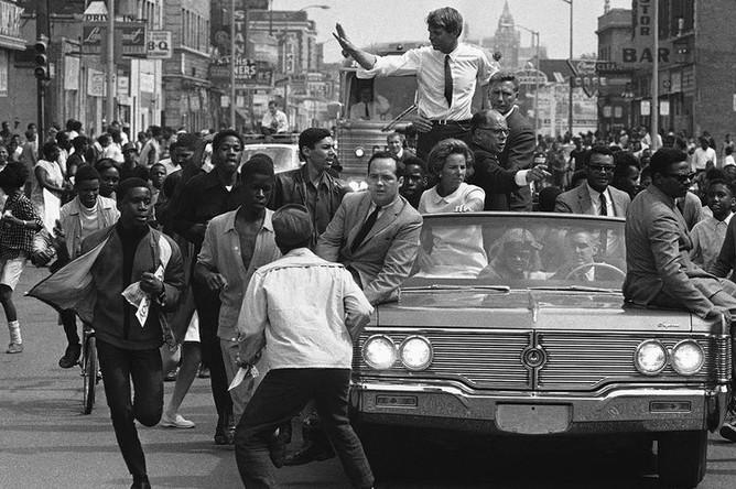 Сенатор Роберт Кеннеди во время мероприятия президентской кампании в Детройте, 15 мая 1968 года