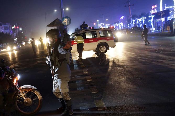 Сотрудники силовых структур Афганистана на месте теракта в Кабуле, 20 ноября 2018 года