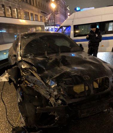Поврежденный автомобиль BMW X6 после аварии на Невском проспекте в Санкт-Петербурге в ночь на 24 февраля 2019 года