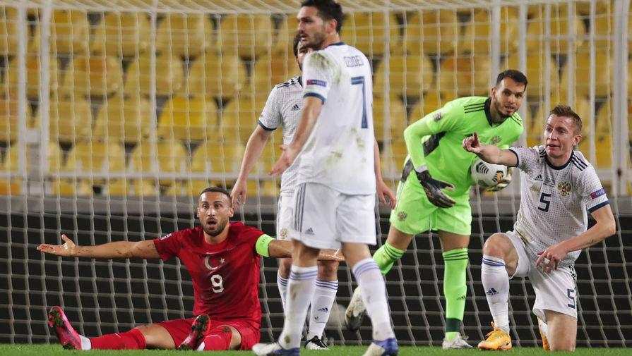 Слева направо: Дженк Тосун (Турция), Магомед Оздоев (Россия), вратарь Маринато Гильерме (Россия), Андрей Семенов (Россия) в матче 5-го тура Лиги наций УЕФА между сборными Турции и России, 15 ноября 2020 года