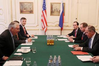 Госсекретарь США Рекс Тиллерсон и министр иностранных дел России Сергей Лавров во время встречи в Вене, 7 декабря 2017 года