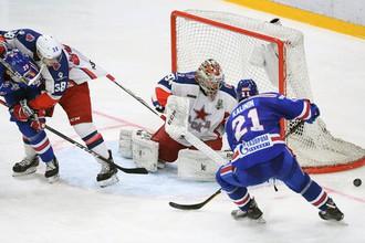 Вратарь ЦСКА Илья Сорокин и игрок СКА Сергей Калинин