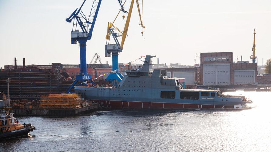 Головной патрульный корабль ледового класса «Иван Папанин» проекта 23550 во время спуска на воду на предприятии «Адмиралтейские верфи», 25 октября 2019 года
