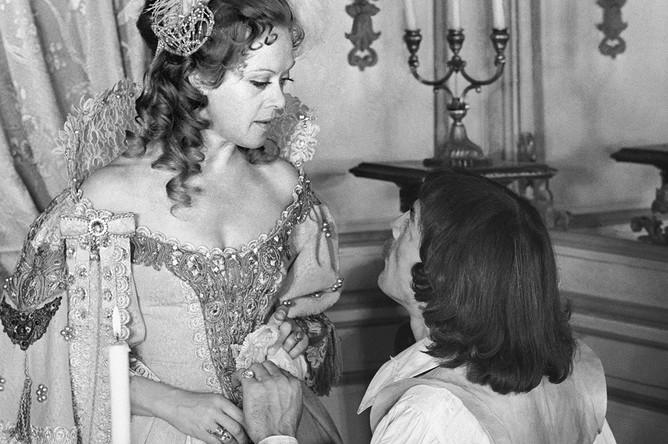 Алиса Фрейндлих и Михаил Боярский на съемках фильма «Три мушкетера». 1978 год