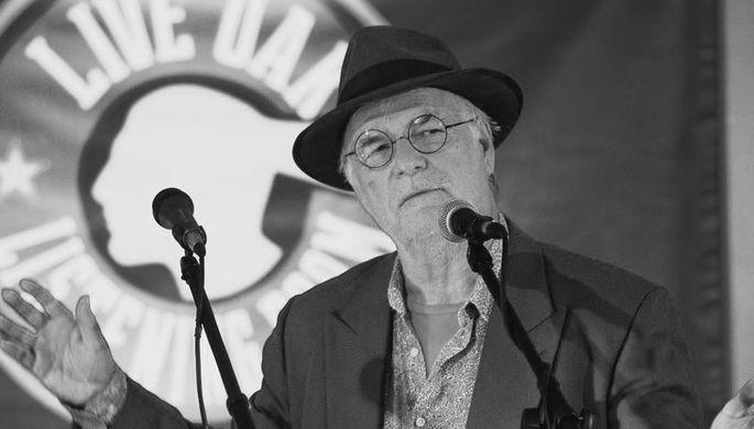 «Извинился и закрыл глаза»: американский певец умер на сцене