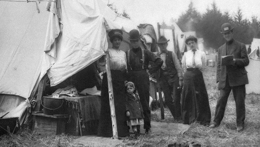 Жители Сан-Франциско, пострадавшие в результате землетрясения 18 апреля 1906 года, около своих палаток в Пресидио