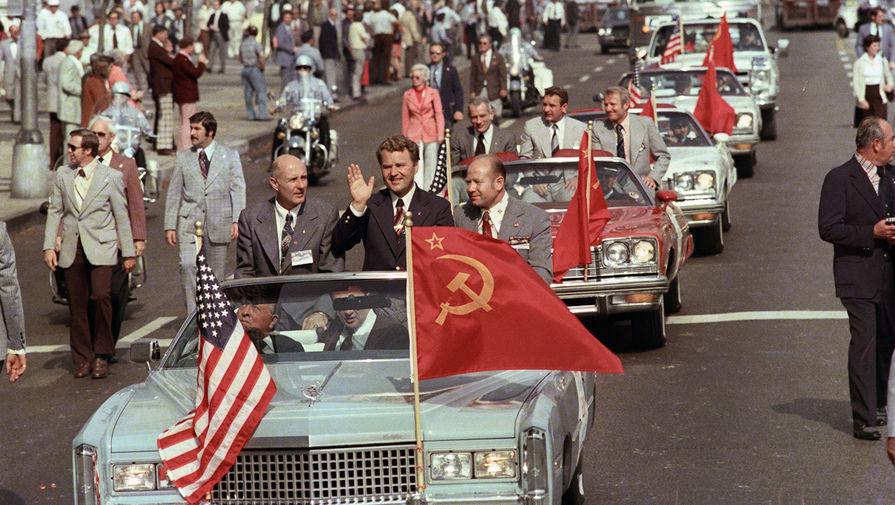 Ответный визит членов экипажа советского космического корабля «Союз-19» в США в рамках программы ЭПАС. Кортеж с космонавтами и астронавтами движется по улицам Чикаго, 1975 год