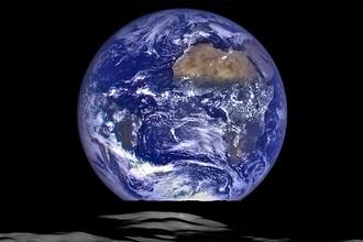 Космический аппарат НАСА Lunar Reconnaissance Orbiter (LRO) в октябре 2015 года запечатлел уникальный вид Земли с лунной орбиты. На этом комбинированном снимке видно, как Земля восходит над лунным горизонтом, если смотреть на нее с этого космического аппарата, при этом центр диска Земли на снимке чуть смещен в сторону от побережья Либерии (4,04 градуса к северу и 12,44 градуса к западу). Обширная коричневатая зона в правой верхней части снимка представляет собой пустыню Сахару, чуть дальше которой находится Саудовская Аравия. Атлантическое и тихоокеанское побережья Южной Америки лежат в левой части изображения. На Луне мы видим кратер Комптон, расположенный за восточным краем диска Луны, на ее обратной стороне