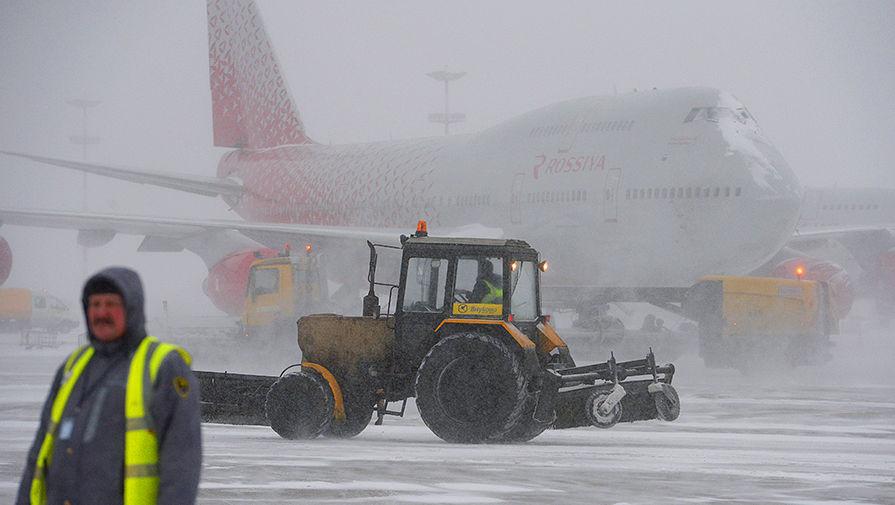 Уборка снега в аэропорту Внуково, 5 декабря 2016 года
