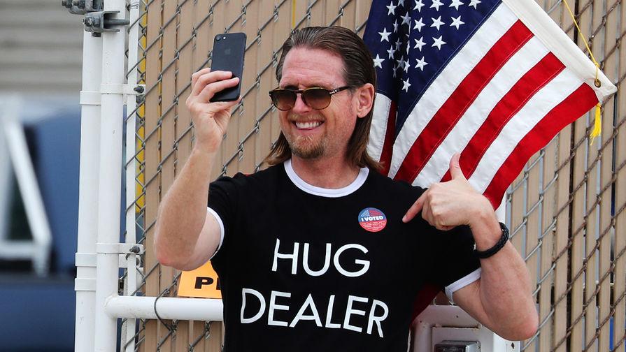 Мужчина с наклейкой «Я проголосовал» около участка в Лос-Анджелесе во время праймериз, 5...