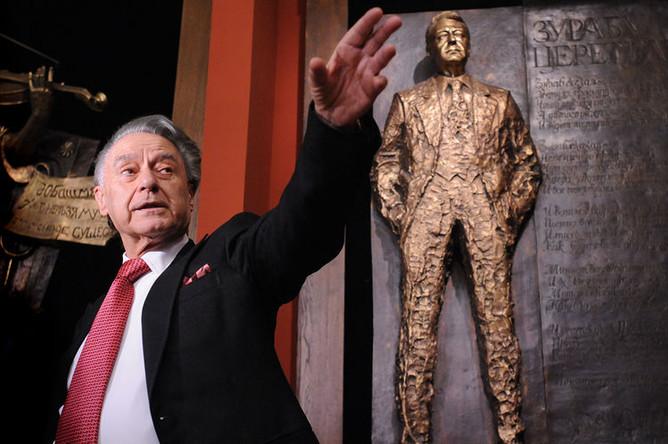 Поэт Андрей Дементьев около своей скульптуры работы Зураба Церетели в Москве, 2009 год