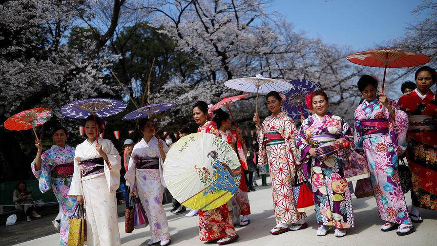 Во время сезона цветения сакуры в Токио, Япония, март 2020 года