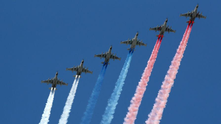 Штурмовики Су-25 во время воздушной части парада, посвященного 75-й годовщине Победы в Великой Отечественной войне, 24 июня 2020 года