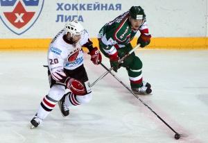 Якуб Клепиш (слева) в матч регулярного чемпионата против «Ак Барса»