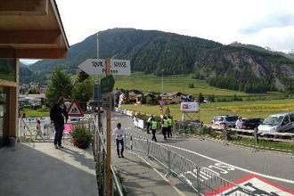 Улица Chamuera, городок La Punt — налево уходит последний поворот 7-го этапа «Тура Швейцарии». Человек в белой рубашке — Сергей Ушаков.