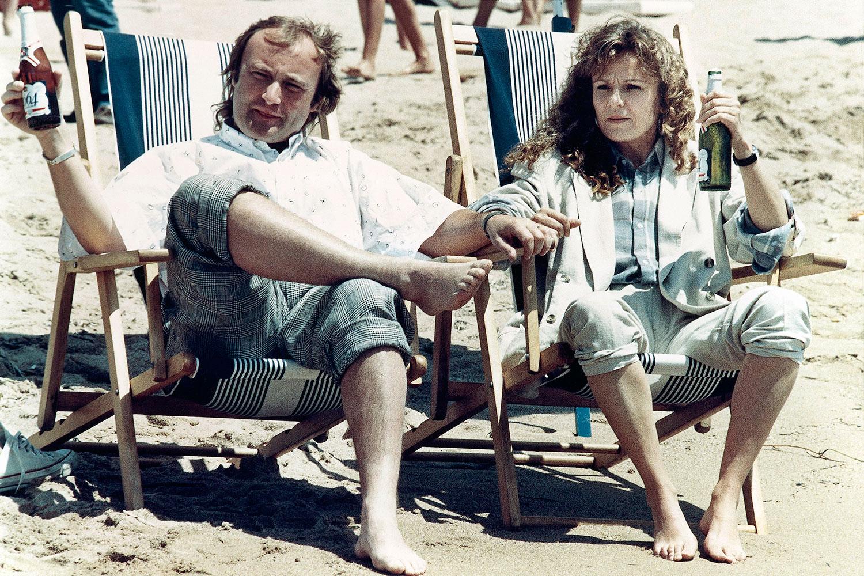 Фил Коллинз и актриса Джули Уолтерс на пляже в Каннах, 1987 год
