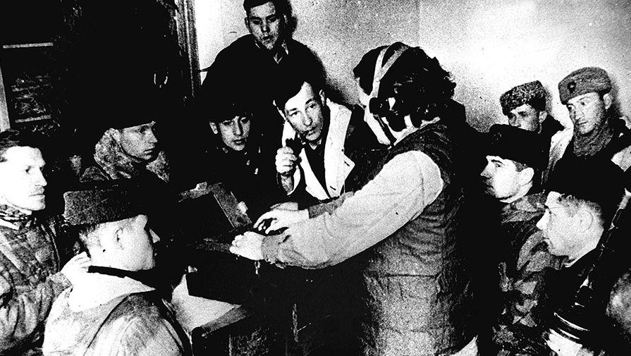 С самого начала войны на советской земле широко развернулось партизанское движение. Партизаны громили тылы вражеских войск, мешали движению, нарушали связь, наносили врагу серьезные потери. На снимке: партизаны слушают радиосводку «Последние известия»