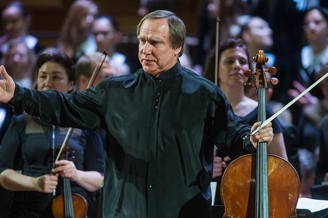 Сергей Ролдугин выступает на концерте Симфонического оркестра Мариинского театра под руководством Валерия Гергиева в Большом зале консерватории, 2016 год