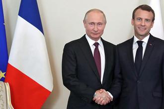 Президент России Владимир Путин и президент Франции Эмманюэль Макрон во время встречи в Константиновском дворце на полях Петербургского международного экономического форума, 24 мая 2018 года