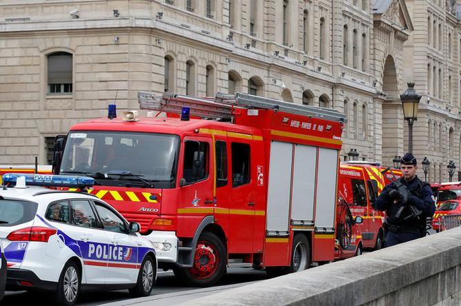 Автомобили экстренных служб возле здания управления полиции Парижа, 3 октября 2019 года