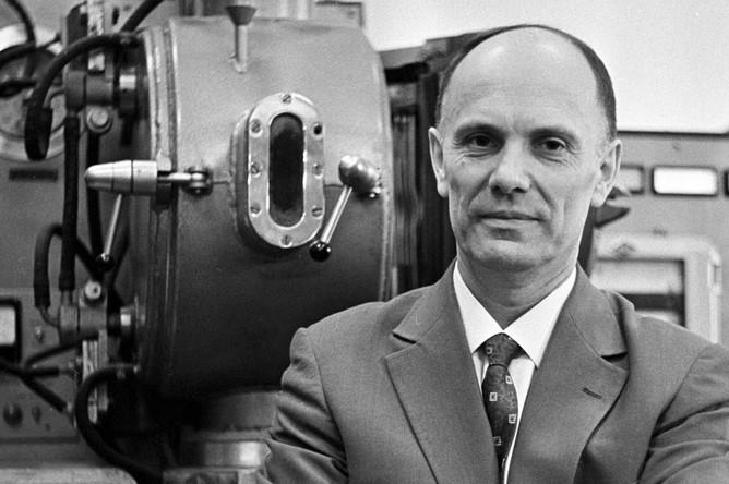 Президент Академии наук Украинской ССР академик Борис Патон в исследовательской лаборатории, 1966 год