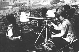 Лихой казак-пулеметчик Реза-хан Пехлеви (справа)