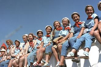 Школьники, отдыхающие во Всесоюзном пионерском лагере имени В.И.Ленина «Артек», 1 августа 1963 года