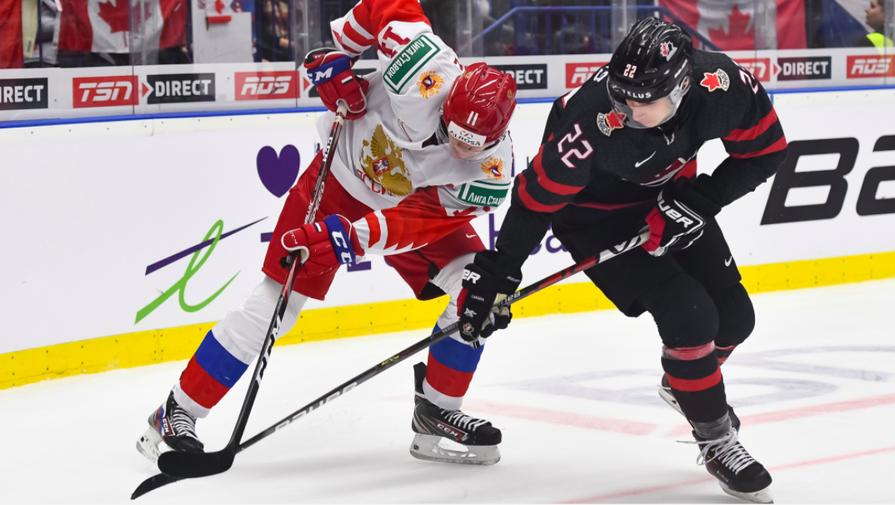 Эпизод матча между молодежными сборными России и Канады по хоккею