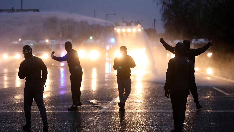 Во время беспорядков в Белфасте, Северная Ирландия, 8 апреля 2021 года