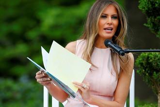 Меланья Трамп читает детям книжку на лужайке Белого дома, 17 апреля 2017 года