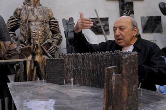 Скульптор Георгий Франгулян около макета скульптурной композиции «Стена скорби»