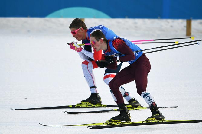 Денис Спицов (на первом плане) и Йоханнес Хёсфлот Клебо (Норвегия) на дистанции эстафеты 4x10 км среди мужчин в соревнованиях по лыжным гонкам на XXIII зимних Олимпийских играх