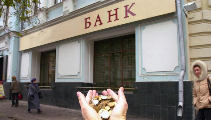 Санкции ударили по банкам: россияне снимают валютные вклады