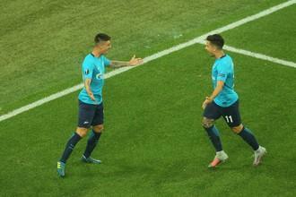 Футболисты «Зенита» празднуют забитый мяч