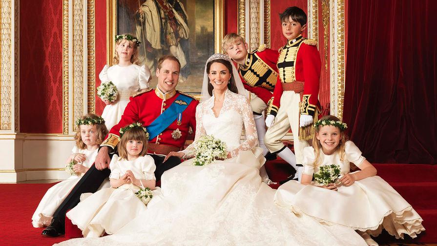 Принц Уильям и герцогиня Кембриджская Кэтрин в день свадьбы в тронном зале Букингемского дворца в...