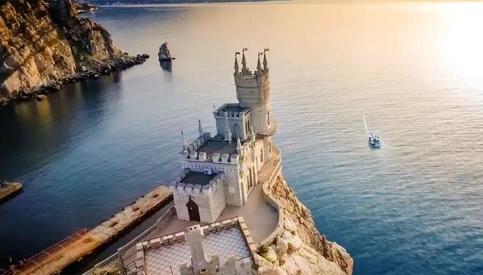 Скриншот из клипа к «Евровидению-2017» с замком «Ласточкино гнездо»