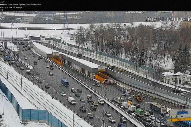 Ситуация на месте провала грунта и подтопления в Тушинском тоннеле на Волоколамском шоссе в Москве, 10 января 2019 года, снимок уличной камеры видеонаблюдения