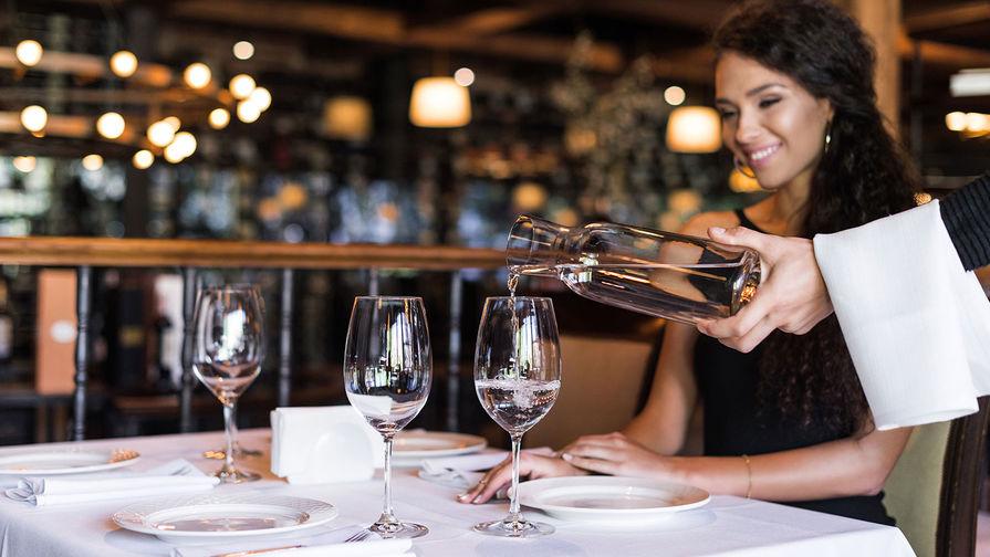 Рестораторы назвали излишним предписание Роспотребнадзора официантам носить маски