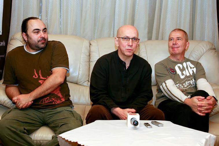 Участники группы «Воскресение» Алексей Коробков, Андрей Сапунов и Алексей Романов перед началом концерта в Красноярске, 2008 год