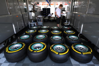 Команда «Мерседес» готовит шины в ходе Гран-при Испании