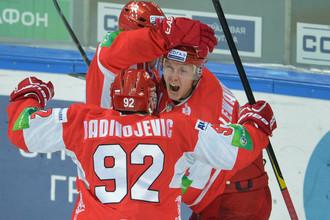 Эдуадрд Левандовский принимает поздравления партнеров после победной шайбы