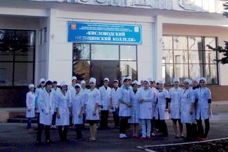 Учащиеся перед зданием Кисловодского медицинского колледжа